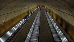 通勤者乘坐在华盛顿特区地铁站乐团的自动扶梯 影视素材