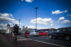 通勤者和交通在伦敦跨接横渡泰晤士 库存图片