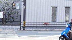 通勤者和交通横穿在普通的规则街道视图在日本 股票视频