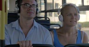 通勤者在公共汽车上的享受音乐 股票视频