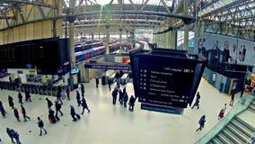 通勤者徒升timelapse在滑铁卢火车站里面的在伦敦 影视素材