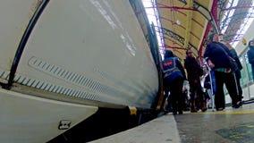 通勤者拥挤在火车站在伦敦出发火车的维多利亚里面 股票录像