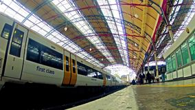 通勤者拥挤在维多利亚火车站的火车在伦敦 影视素材