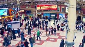 通勤者摇摄timelapse在维多利亚火车站里面的在伦敦,英国 股票视频