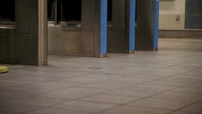 通勤者脚特写镜头走通过在一个加拿大线驻地的一个词条门的在温哥华,BC 影视素材