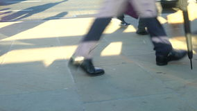 通勤者腿低看法走横跨繁忙的伦敦桥,伦敦的 股票视频