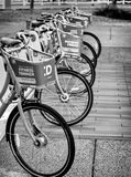 通勤者自行车为使用 库存照片