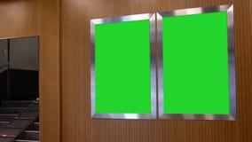 通勤者走的行动台北与两个绿色广告牌的总台区域 影视素材