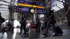 通勤者赶紧在法兰克福主要火车站Hauptbahnhof里面的奔跑 股票视频
