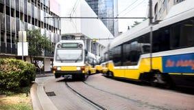 通勤者轻的路轨训练通过在曲线 库存照片