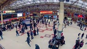 通勤者Timelapse在维多利亚火车站里面的在伦敦,英国 股票录像