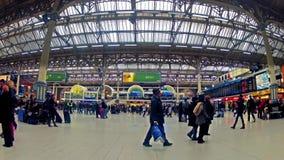 通勤者Timelapse在维多利亚火车站里面的,在伦敦,英国 股票录像