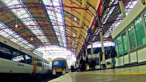 通勤者Timelapse拥挤在维多利亚铁路里面在伦敦,英国 股票录像