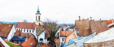 通告教会和房子,Szentendre,匈牙利红色屋顶  图库摄影