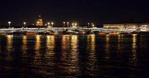 通告桥梁在晚上 库存照片