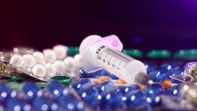通常注射器在不同的药片,自转放置 影视素材
