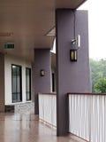 通往房间的小平安的最小的度假旅馆走廊道路 免版税库存照片