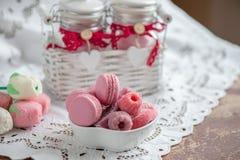 通心面用莓、蛋白软糖和水壶与一杯热的茶 复制spase选择聚焦 免版税库存照片