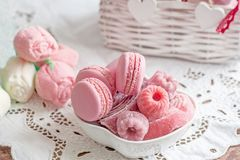 通心面用莓、蛋白软糖和水壶与一杯热的茶 选择聚焦 库存照片