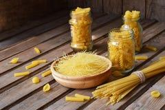 通心面的各种各样的混合在木土气背景的 分类不同的种类意大利面团 饮食和食物概念 意粉 库存照片