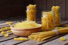 通心面的各种各样的混合在木土气背景的 分类不同的种类意大利面团 饮食和食物概念 意粉 免版税库存图片