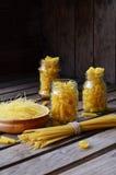 通心面的各种各样的混合在木土气背景的 分类不同的种类意大利面团 饮食和食物概念 库存照片