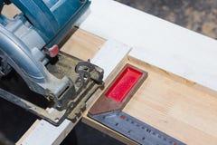通报看见了切口木头和铁统治者 免版税库存照片