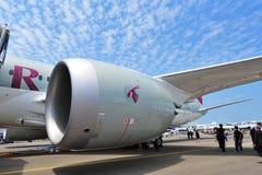 通用电器公司GEnx涡轮供给卡塔尔航空波音787-8 Dreamliner动力的爱好者引擎在新加坡Airshow 免版税图库摄影