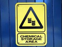 通知一个的警报信号您是在一个化工贮存区 库存照片