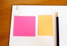 通知单纸铅笔表白色 免版税图库摄影