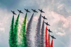 通行证与在意大利旗子特技队的颜色抽烟 库存图片