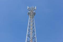 通讯台上面有蓝天背景 库存照片