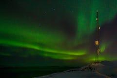 通讯台和北极光与海湾 免版税库存照片