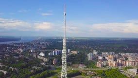通讯台看法与蓝天、山和都市风景背景的 录影 无线电铁塔的顶视图在的 库存照片
