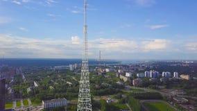通讯台看法与蓝天、山和都市风景背景的 录影 无线电铁塔的顶视图在的 免版税库存图片
