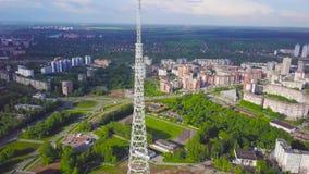 通讯台看法与蓝天、山和都市风景背景的 录影 无线电铁塔的顶视图在的 影视素材