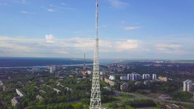 通讯台看法与蓝天、山和都市风景背景的 录影 无线电铁塔的顶视图在的 股票视频