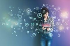 通讯技术在日常生活通过聪明的电话概念, 免版税库存照片