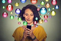 通讯技术手机技术概念 使用智能手机的懊恼妇女 库存图片