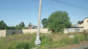 通过一个小驻地的高速列车移动在夏天 股票录像