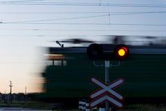 通过一个平交路口的加速的火车 免版税库存照片