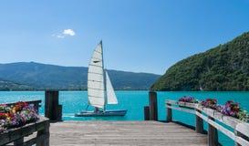 通过一个木船坞的小船航行紫胶d&的x27; 阿讷西,法国 免版税库存照片