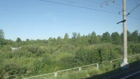 通过一个森林和小家的高速列车移动在夏天 股票录像