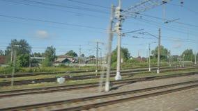 通过一个火车站的高速列车快速的移动在一个镇在夏天 影视素材