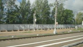 通过一个火车站的高速列车快速的移动在镇-在天空覆盖 影视素材