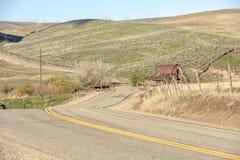 通过一个老谷仓的弯曲道路主角 库存照片