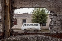 通过一个被放弃的大厦被看见的苏联搬运车在蒙古 免版税库存图片