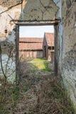 通过一个被毁坏的房子的门道入口看 免版税库存图片