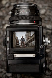 通过一台老中等格式照相机的反光镜 库存图片