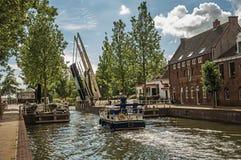 通过一条沿途有树的宽运河的小船在晴天在韦斯普 库存照片